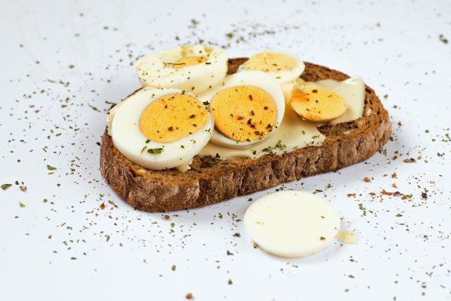 Chléb s máslem a vejci, vajíčka, máslo, svačina, snídaně, cholesterol. Ilustrační foto