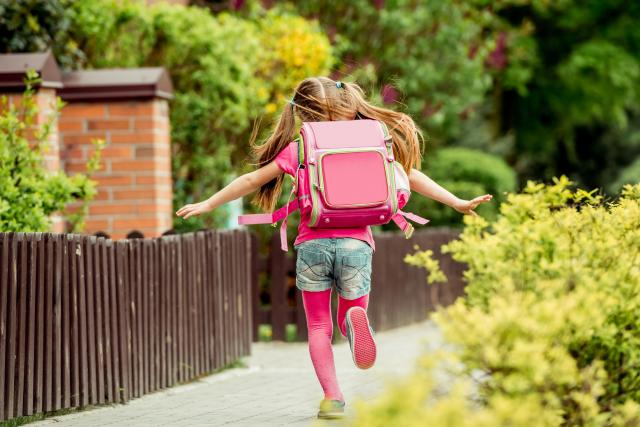 Dívka běží do školy