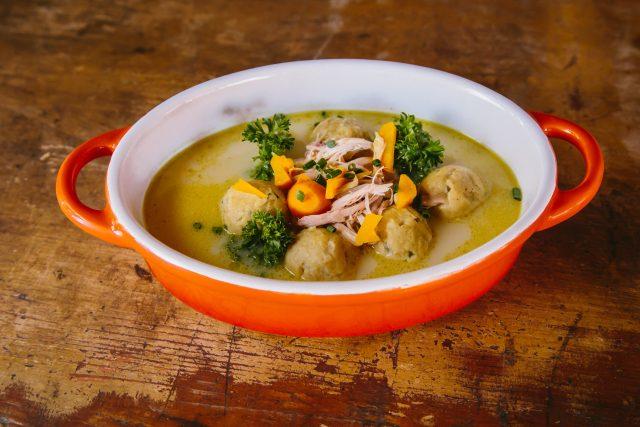 Hřejivá a léčivá polévka našich babiček, to je slepičí kaldoun Petry Neubauerové ze Zadní Třebaně