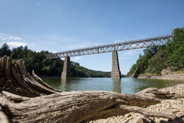 Historický železniční most přes Orlickou přehradu v Červené nad Vltavou