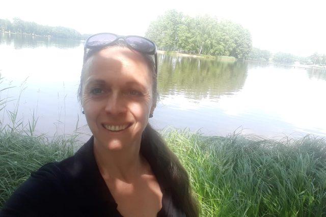 Jitka Bednářová u rybníka Hejtman. Na ostrůvku často jako starostka oddává | foto: Jitka Bednářová