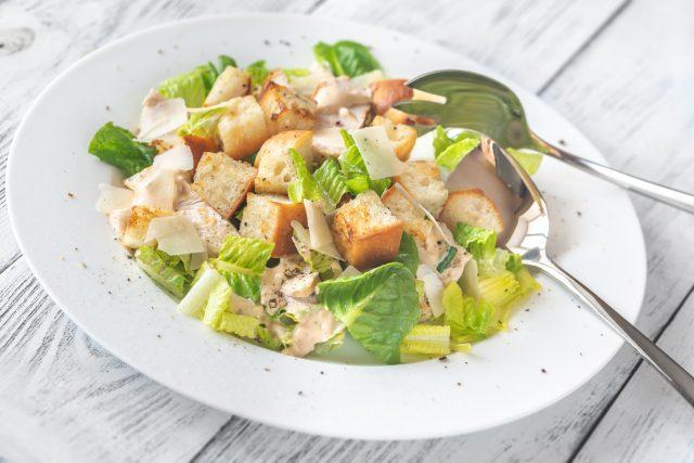 Caesar salát, zdravá výživa, dieta, zelenina, krutony, kuřecí maso, ilustrační foto