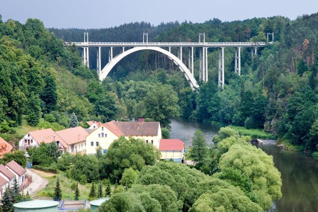 Bechyňská duha, unikátní železobetonový most přes řeku Lužnici v Bechyni