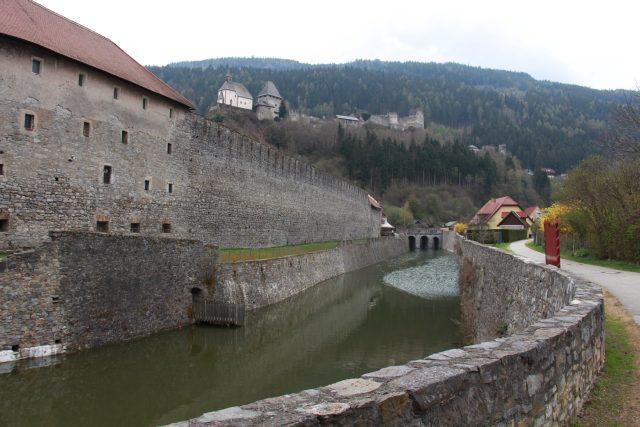 Nejkrásnější vyhlídka na město je ze stezky kolem hradeb a vodního příkopu