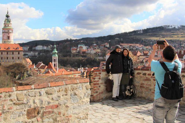 Český Krumlov, turisté, fotografování, mobil, Asiaté, turistika, cizinci, zámek, ilustrační foto