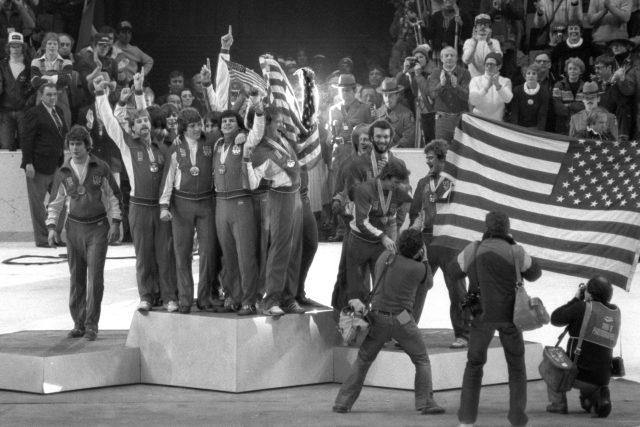 Zázrak na ledě. Vítězství hokejistů USA na olympijských hrách v Lake Placid. Tým složený z mladých hráčů porazil ve finále Sovětský svaz