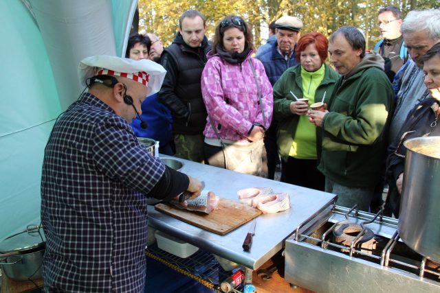 Výlov rybníka Rožmberk si nenechal ujít Petr Stupka, kterého znáte z rozhlasového Kuchařského čarování. Pod hrází vařil rybí speciality