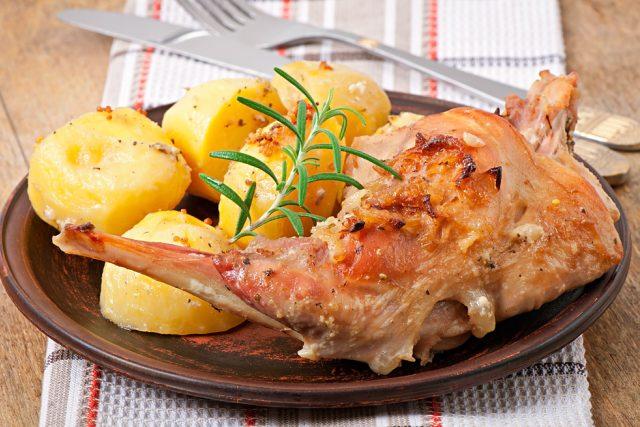 Králičí maso, pečené stehno, králík, oběd, jídlo, vaření, ilustrační foto