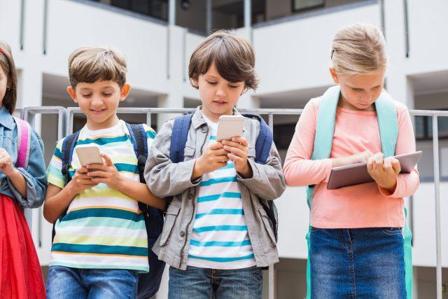 Školáci s tablety a mobily