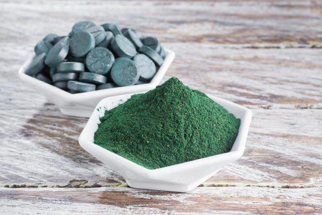Spirulina je dostupná v prášku, který můžeme přidávat do smoothie a šťáv, nebo je jednoduše slisovaná do malých tabletek