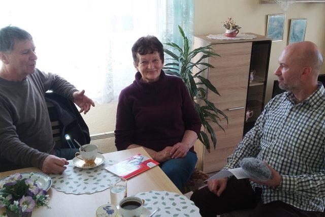 Kronikářka Myslkovic Marie Hodinářová s místostarostou Jiřím Vrhelem (vlevo) a autorem pořadu Jihočeské kroniky Petrem Kronikou