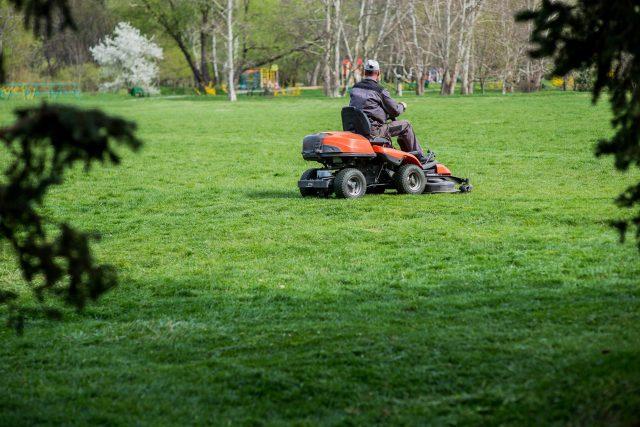 Vsetín omezí zkušebně na dvou místech sečení trávy