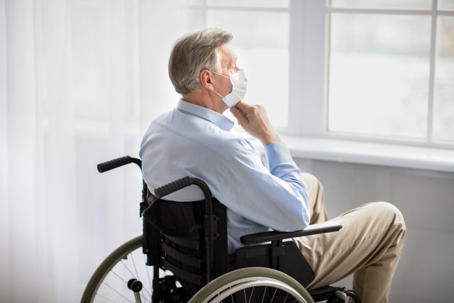 Senior, invalidní vozík, rouška, covid, koronavirus