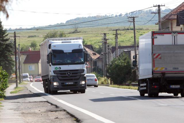 Zákaz průjezdu kamionů těžších 19 tun obcí (ilustrační foto)