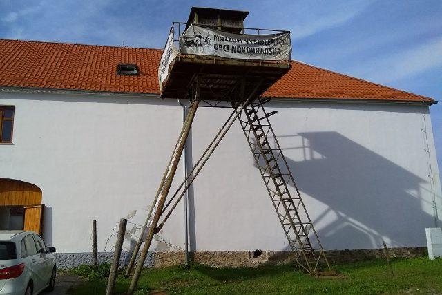 Pozorovatelna Pohraniční stráže minulého režimu jako vstupní ukázka celé expozice Muzea vysídlení Novohradska