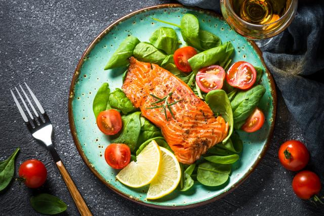 Grilovaný losos, mořská ryba, salát, zelenina, zdravá strava, dieta, ilustrační foto
