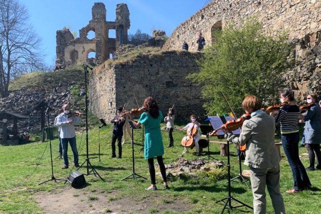Po nuceném volnu kvůli koronaviru se členové Jihočeské filharmonie sešli na zřícenině Dívčí kámen, aby tu natočili hudební klip