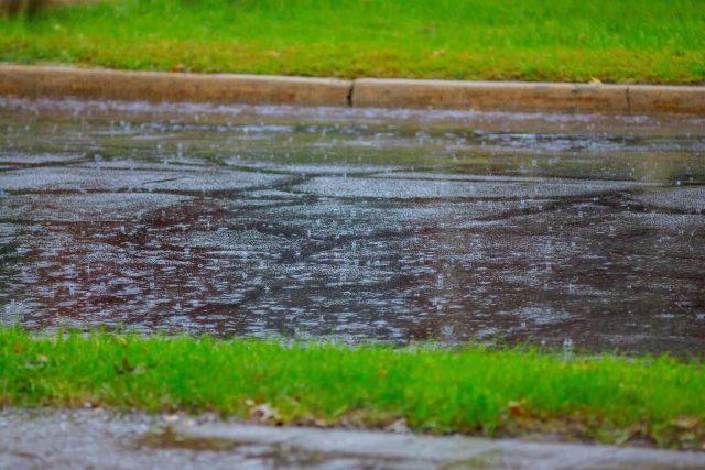 Déšť, dešťová voda, ulice, silnice, počasí, sucho, mokro. Ilustrační foto