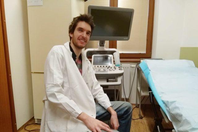 Jedním ze dvou mladých lékařů, kteří se v českobudějovické nemocnici připravují na praxi obvodního lékaře, je Petr Kazda
