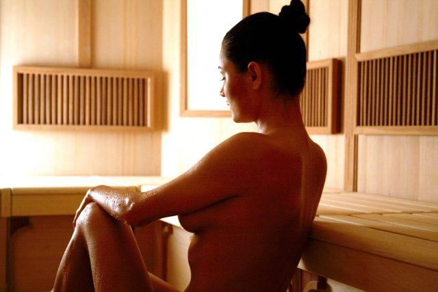 Nahá žena, sauna, saunování, wellness, nahota