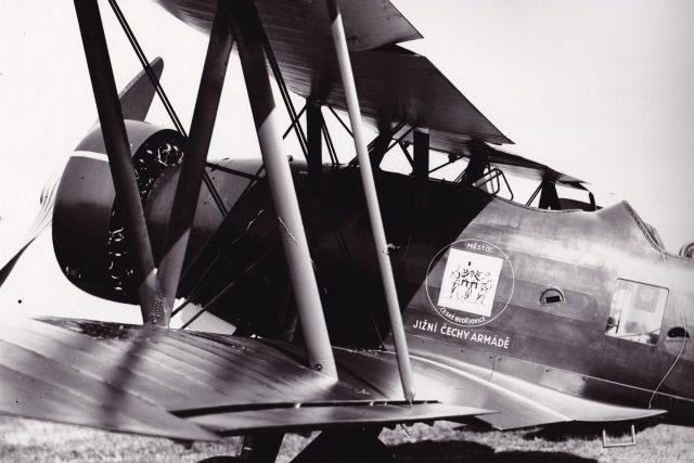 Letadla, na která se v roce 1938 složili Jihočeši, zdobil znak města České Budějovice a nápis Jižní Čechy armádě