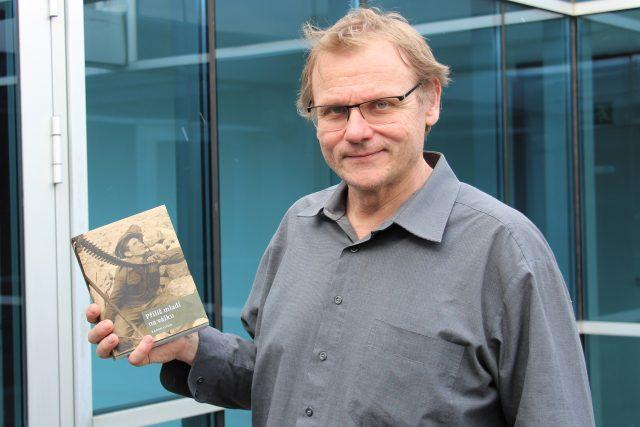 Radek Gális, českobudějovický novinář a spisovatel, se svou knihou Příliš mladí na válku