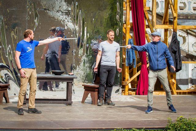 Herci Jihočeského divadla a host Martin Pechlát (vpravo) zkoušejí před otáčivým hledištěm komedii Da Vinci v režii Petra Zelenky