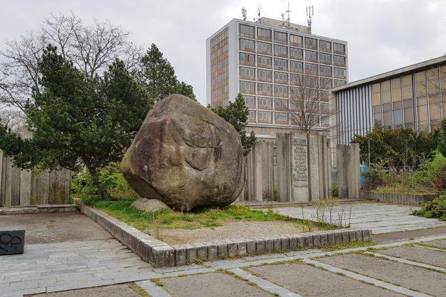 Balvan z Novohradských hor stojí od 70. let u knihovny, teď se kvůli přístavbě bude stěhovat