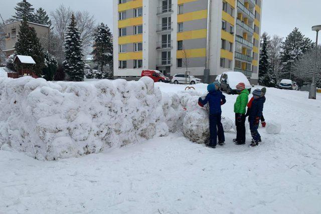 Dětská parta ze sídliště Malecí v Novém Městě nad Metují se pustila do stavby sněhové pevnosti