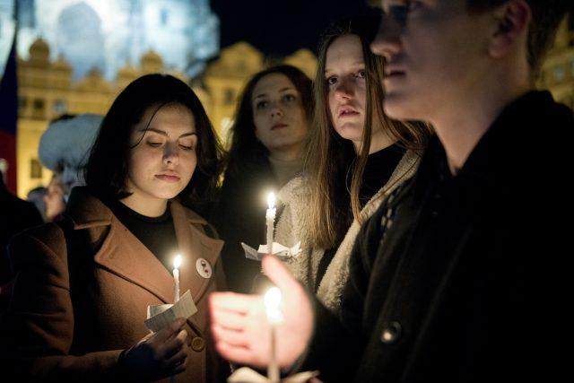 Průvod se světly k připomenutí 50. výročí upálení Jana Palacha.