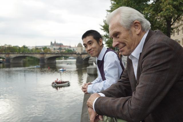 Duy Anh Tran a Alois Švehlík ve filmu Na střeše