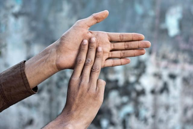 Neslyšícím pomáhá k porozumění překlad mluveného slova do znakové řeči nebo přepis. Právě přepisy chce nyní nabídnout táborská radnice    foto: mirzamlk / Alamy,  Fotobanka Profimedia