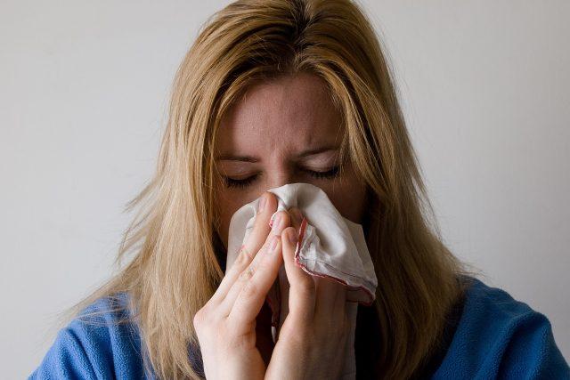 Počet nemocných s chřipkou a akutními infekcemi dýchacích cest v Česku za uplynulý týden klesl pod hranici epidemie